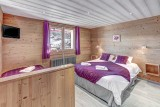 Chambre avec lit double et lits simples/Bedroom with a double bed and a single bed-Androsace n°2-Le Grand-Bornand
